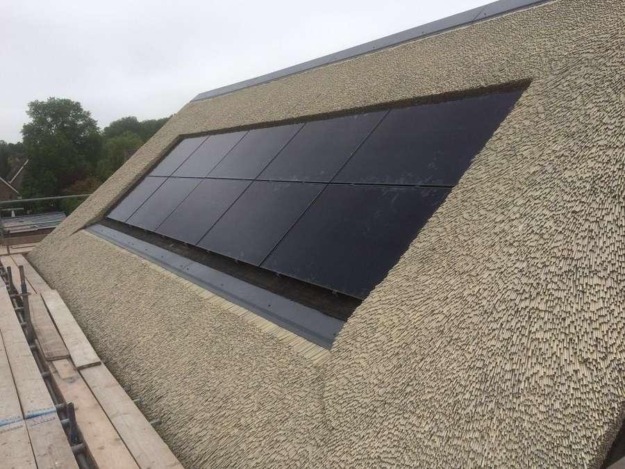 Zonnepanelen op rieten dak